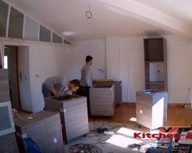 мастера собирают угловую кухню