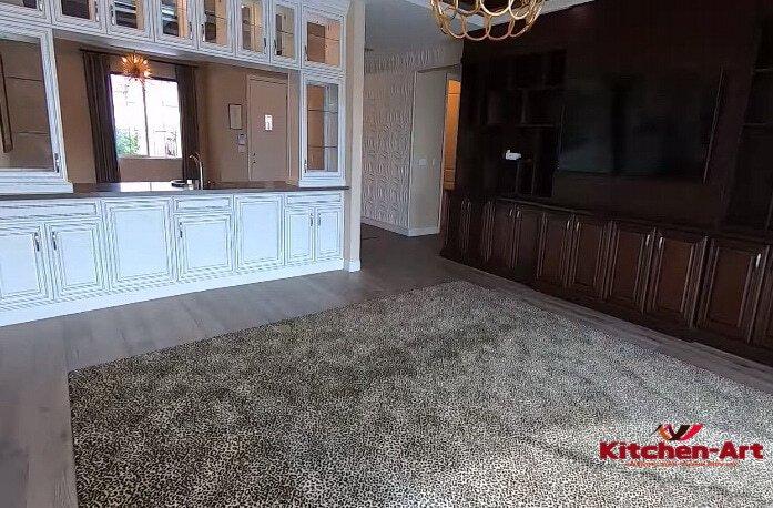 белая прямая кухня в дом