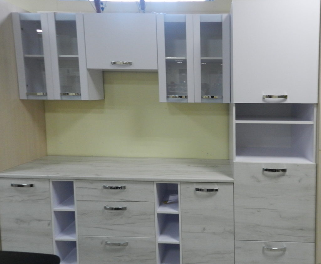небольшая кухня с открытыми секциями