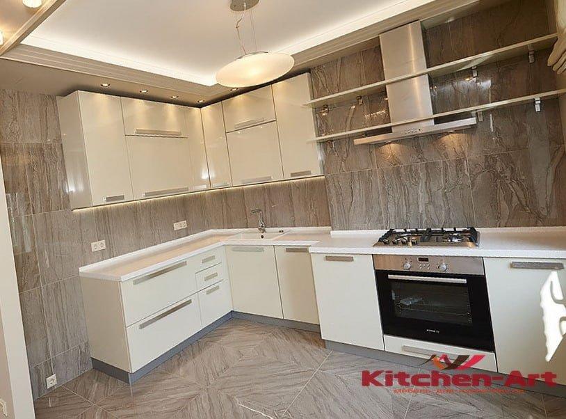 светлая глянцевая угловая кухня