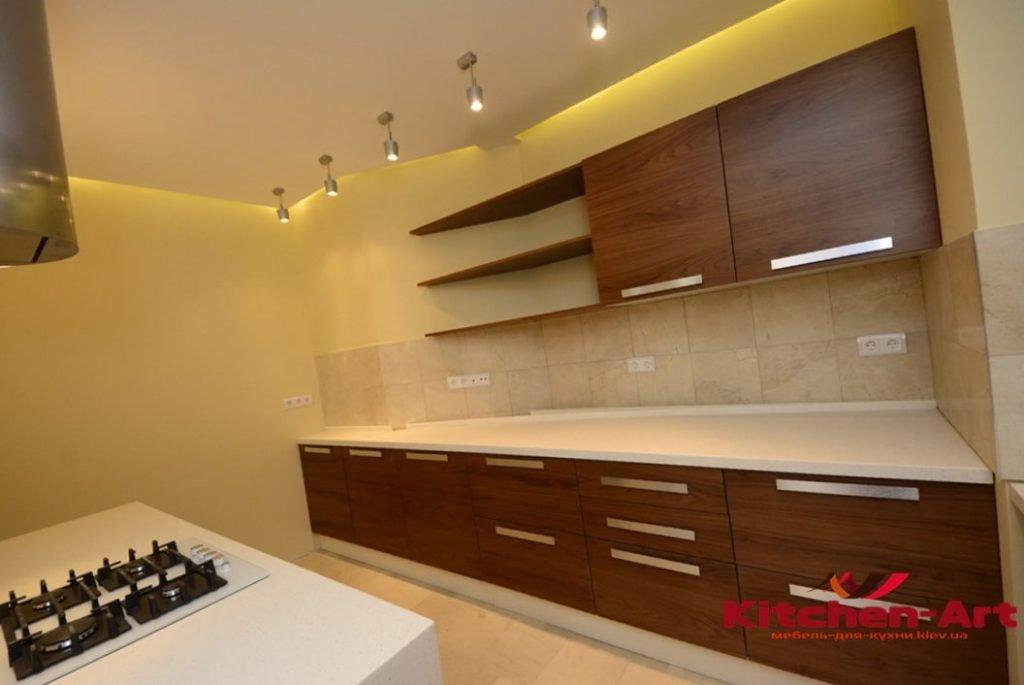 маленькая встроенная кухонная мебель с островом