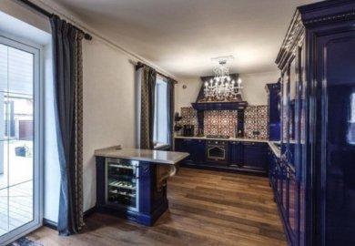 темно синяя угловая кухня с островом