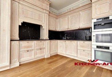 угловая кухня с каменной столешницей