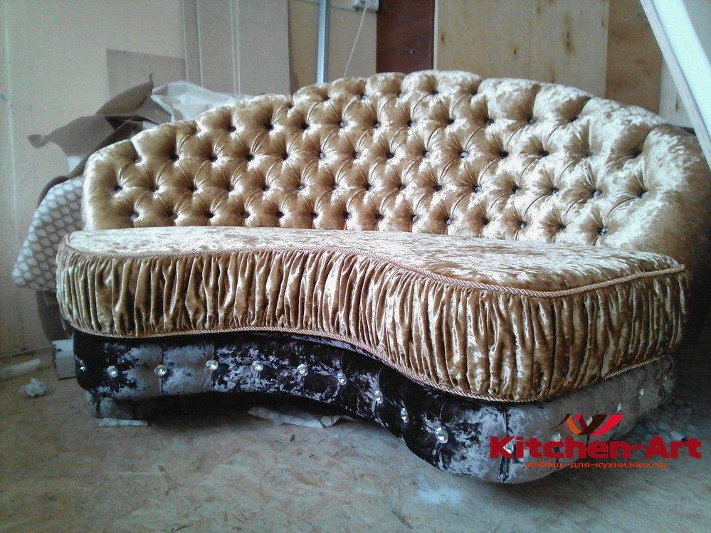 радиусны диван в кафе