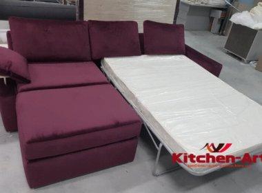 Сиреневый диван с подушками со спальным местом