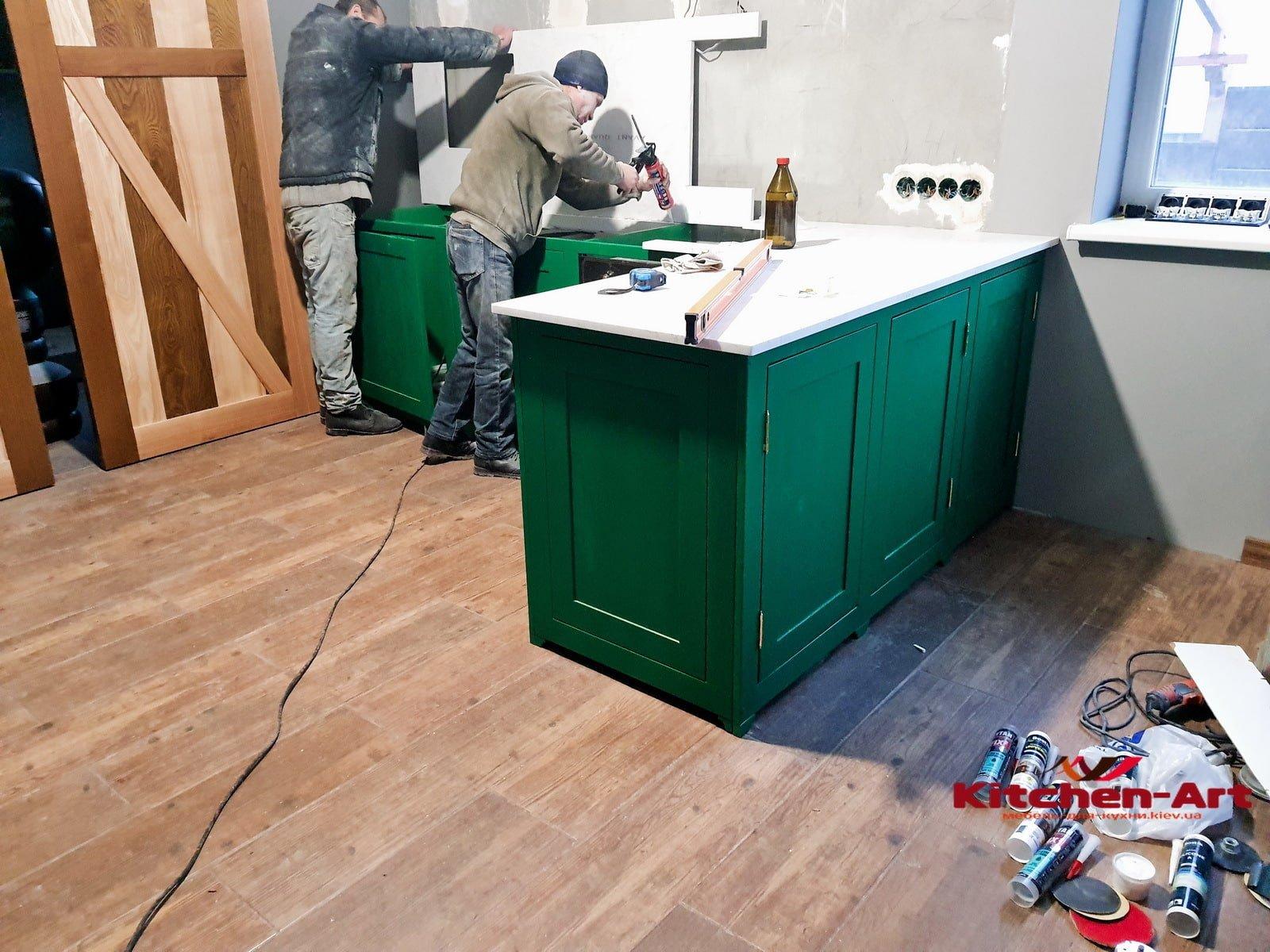 установка классической с каменной столешницы в зеленую кухню