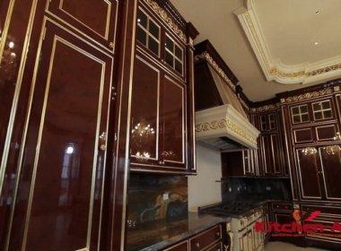 дубовая кухня красного цвета