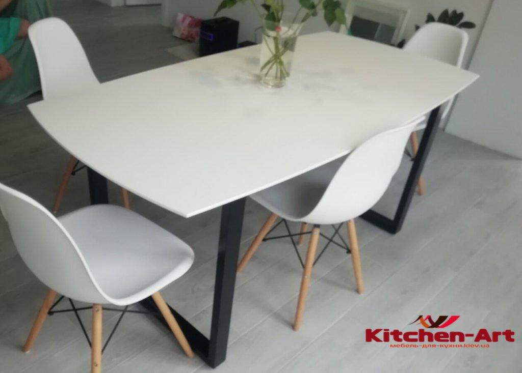 белый кухонный стсол с металической базой