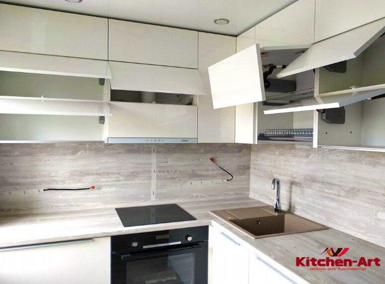 белая глянцевая кухня на зака