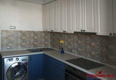 угловая синя белая кухня