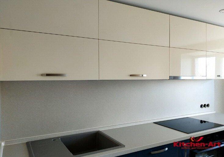 синя белая кухня