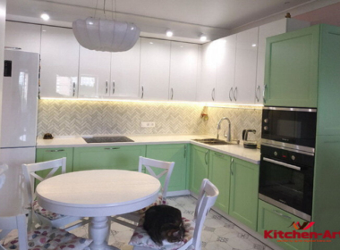 зеленая угловая кухня с белой кварцевой