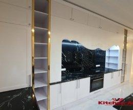 большая встроенная кухня из дерева и золота