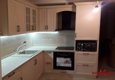 бело серая угловая кухня глянец