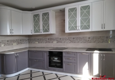 угловая кухня со стекляными фасадами