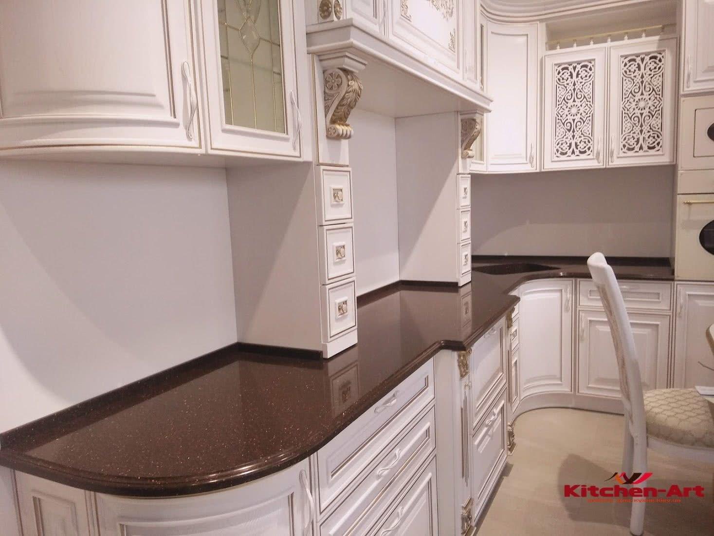 угловая кухня классическая с витринами