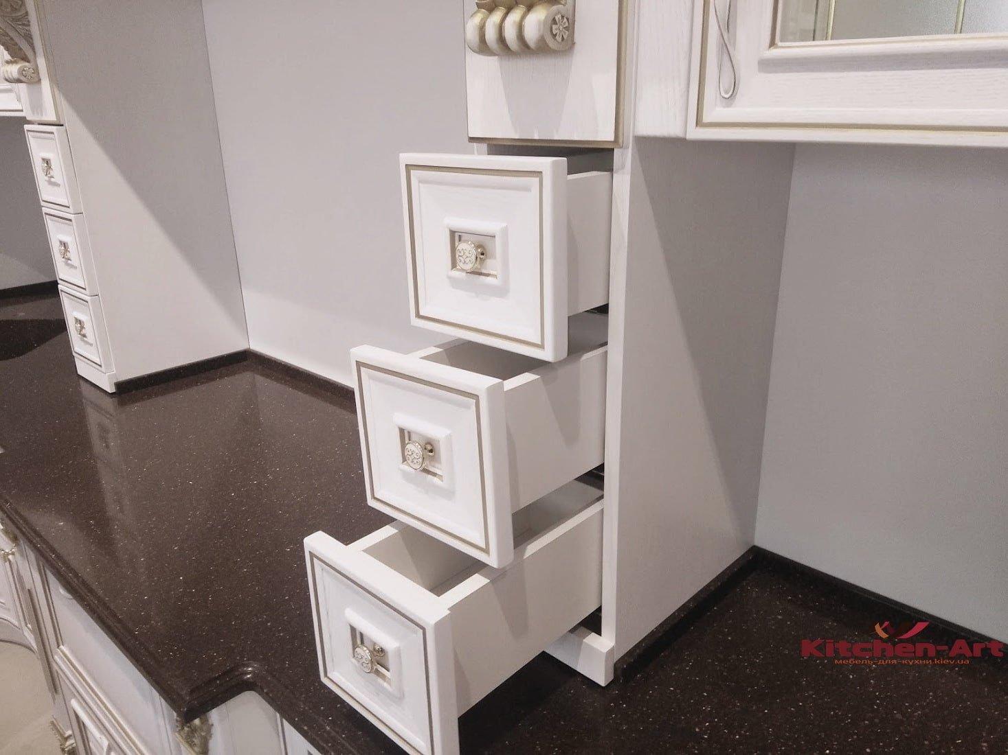 белая классическая кухня из дерева