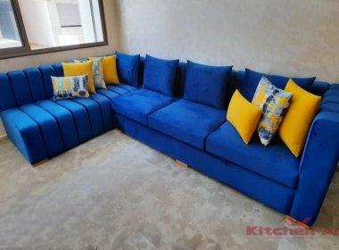 синяя угловая мягкая мебель с желтыми подушками